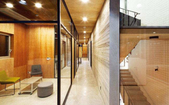 카우앤독 복도에서 바라본 공간 구조. 왼쪽이 빌딩 전면부에 해당하는데, 다양한 회의공간(네트워킹)으로 구성돼 있다. 빌딩 후면부에 해당하는 오른쪽 공간은 주로 사무공간(코워킹)으로 쓰인다. [사진 제공 · 진효숙]