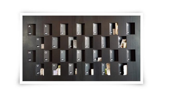 1층 로비에 설치된 우편사물함. 카우앤독 입주업체와 회원으로 등록된 스타트업의 알파벳 이름에 맞춰 배달된 우편물을 받아볼 수 있다.