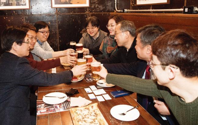 3월 13일 서울 중구 정동 한 호프집에서 주식농부 박영옥 스마트인컴 대표(오른쪽에서 세 번째)가 일반인 투자자들과 호프미팅을 갖고 있다. [지호영 기자]