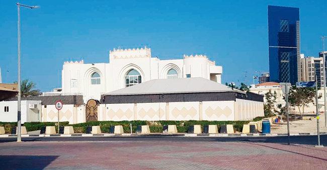 카타르 수도 도하의 탈레반 정치사무소. 흰색 빌라뿐 아니라 그 앞마당에 쳐놓은 대형천막에도 건물의 정체를 드러내는 표시가 없고 밖에서 들여다볼 수 없게 해놨다. [이세형 동아일보 기자]