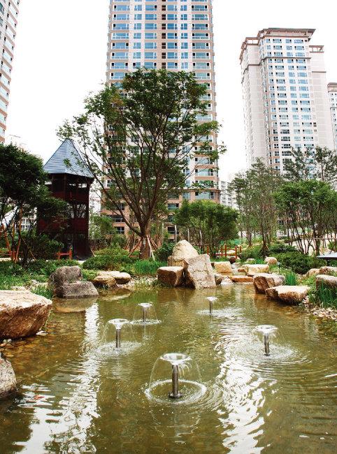 지난해 시세가 급등한 서울 강남권 고가 아파트 단지들은 공시가격이 20%가량 인상됐다. 사진은 서초구 '반포자이' 전경. [뉴시스]