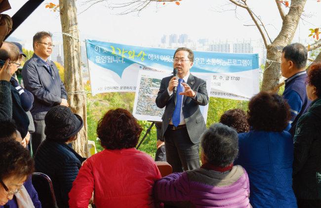 '시민과의 대화'를 진행하고 있는  허석 순천시장(가운데). [사진 제공 · 순천시청]
