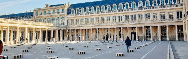 1986년 프랑스 파리 팔레 루아얄 광장에 설치된 '두 개의 고원(Les Deux Plateaux)'. [강지남 기자]
