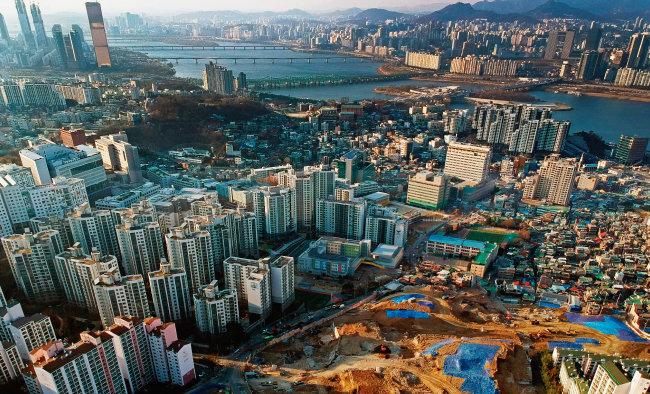 서울 동작구 흑석동 전경. 흑석뉴타운 사업이 개시된 지 10년이 지나자 절반은 고층 아파트 단지로 바뀌었다. [박해윤 기자]