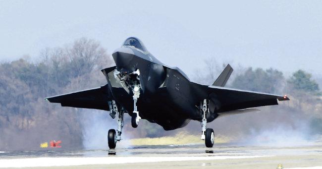3월 29일 충북 청주 공군기지에 안착하는 F-35A 스텔스기. [사진 제공 · 방위사업청]