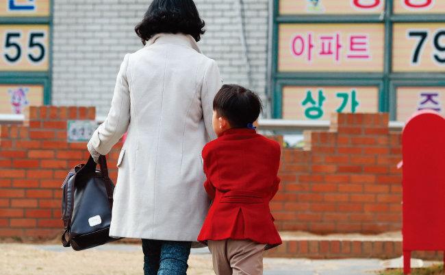 '엄마의 미안함'은 여러 형태다. 일하는 엄마는 아이와 보내는 시간이 충분하지 않아서 미안함을 느낀다. [뉴스1]