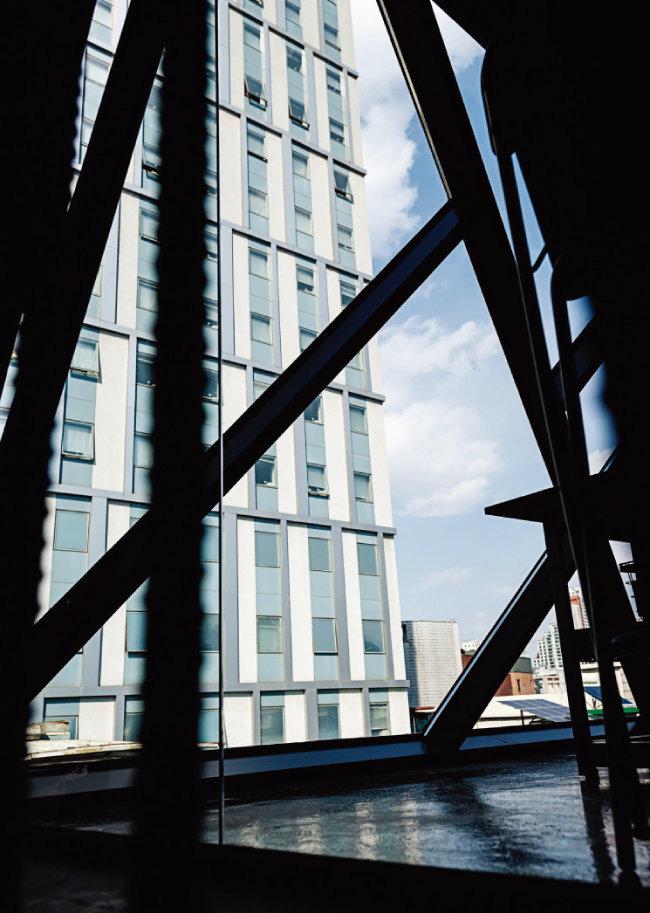 5층에 해당하는 옥상의 철조구조물에서 바라본 15층짜리 호텔. [홍태식]