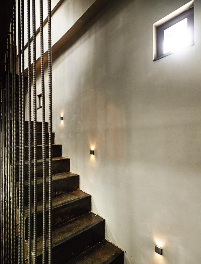 건물 안쪽의 석조 계단과 철제 안전 바. 이곳이 참기름을 대량생산하는 공장임을 일깨워준다. [홍태식]