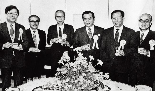 유치위원장을 맡아 88 서울올림픽 유치에 성공한 고 정주영 현대그룹 명예회장(오른쪽에서 두 번째). [동아DB]