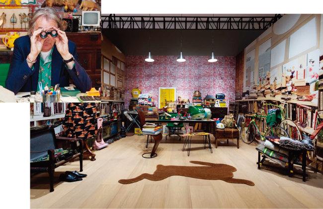 """영국 런던에 있는 폴 스미스의 작업실을 재현한 전시물. 각종 수집품과 팬들이 보내준 선물로 어수선한 이 공간에 대해 폴 스미스는 """"내 영감의 원천""""이라고 말한다. [www.paulsmith.com]"""