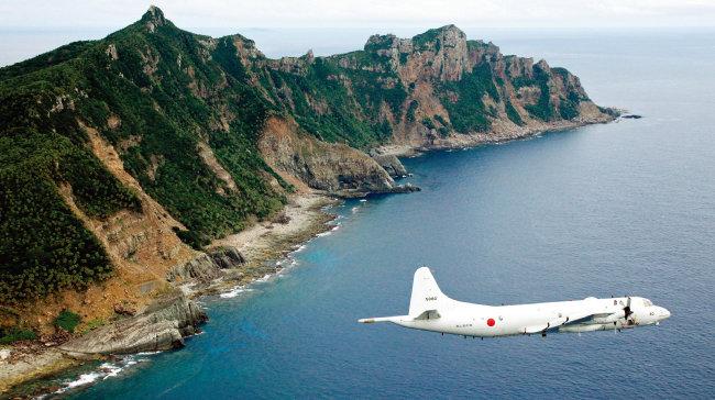 남중국해 영유권 갈등을 둘러싼 주변국 간 긴장이 고조되고 있는 가운데 일본 자위대의 P3C 초계기가 2015년 6월 23일 남중국해 영유권 분쟁 해역 상공을 최초로 비행했다. [AP=뉴시스]