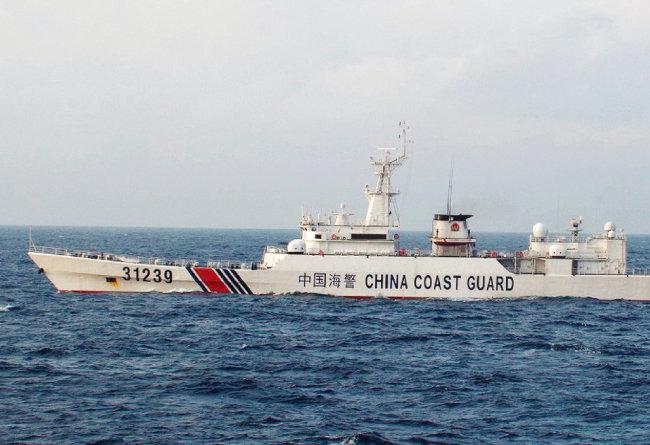 2015년 12월 22일 일본 해안경비대는 이 사진을 공개하면서 무장한 중국 해안순찰선이 센카쿠 열도(중국명 댜오위다오) 주위에서 목격됐다고 주장했다. [AP=뉴시스]