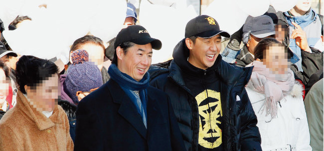 2012년 1월 24일 세계평화를 위한 시민 퍼레이드에 참석한 문국진 전 통일재단 이사장(왼쪽에서 두 번째)과 문형진 씨(왼쪽에서 세 번째). [동아DB]