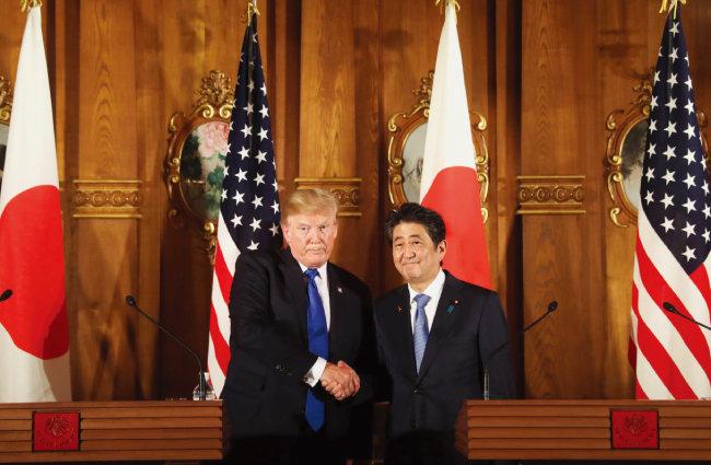 2017년 11월 아시아 순방 때 일본을 방문한 도널드 트럼프 미국 대통령(왼쪽). 그는 아베 신조 총리와 함께 인도태평양전략을 양국의 공동외교전략으로 채택했다. [AP=뉴시스]