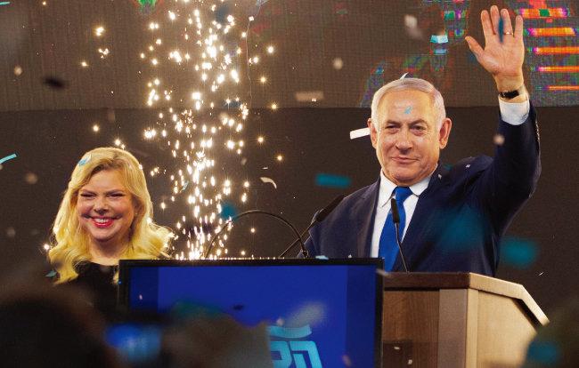 총선 투표 종료 후 인사하는 베냐민 네타냐후 이스라엘 총리(오른쪽). [AP=뉴시스]