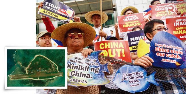 필리핀이 실효지배 중인 남중국해 스프래틀리 제도의 티투섬(왼쪽). 필리핀 어민들이 마닐라의 중국대사관 앞에서 시위를 벌이고 있다. [CSIS, rappler]