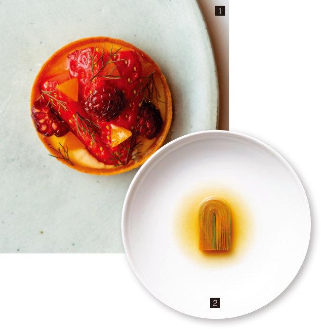 1 살짝 덜 익어 산미가 돋보이는 딸기, 잘 익어 단맛이 돋보이는 딸기, 야생 딸기를 이용해 만든 타르트 .2 황금 주키니와 그린 주키니를 이용해 만든 호박선. 주키니를 얇게 밀어 층층이 쌓고 콜드브루잉한 멸치육수와 새우젓을 넣고 익힌 후 호박 자투리로 만든 콩소메를 곁들였다. [사진 제공·밍글스]