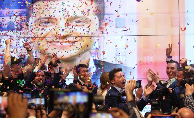 4월 21일 우크라이나 대통령 결선투표에서 승리 확정 후 기쁨을 나누는 젤렌스키. [AP=뉴시스]