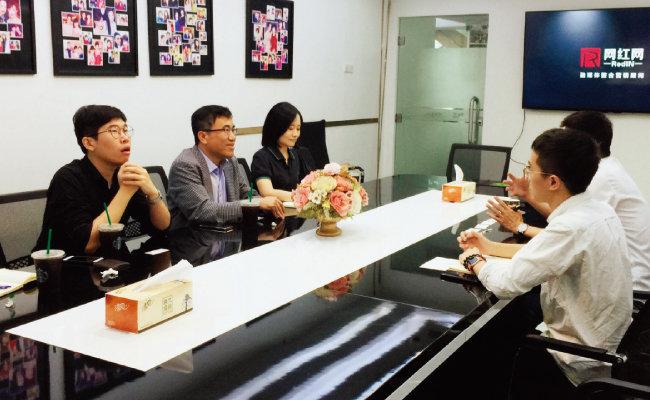 황재원 관장이 (왼쪽에서 두 번째) 수출기업 관계자와 상담하고 있다.