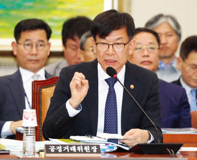 지난해 10월 국회 국정감사에서 공정위원회를 둘러싼 의혹에 대해 해명한 김상조 공정거래위원장. [동아DB]