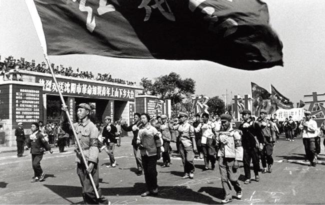 중국 문화대혁명 때 지식청년들이 농촌으로 떠나는 모습. [위키피디아]