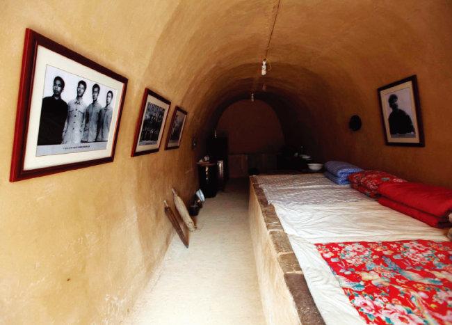 시진핑 중국 국가주석이 하방했을 때 살던 량자허촌의 토굴집. [CFP]