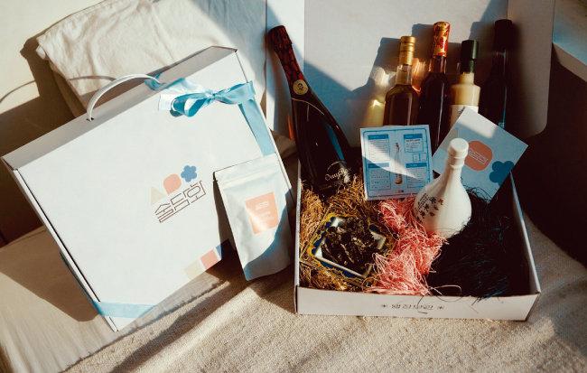 '술담화'가 고객에게 배송하는 전통주 박스. 다양한 전통주와 한국 와인, 해당 술에 대한 스토리 카드 등이 담겨 있다. [사진 제공 · 술담화]