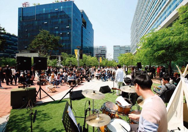 '넥슨개발자콘퍼런스'가 열리는 경기 성남시 넥슨사옥 앞에서는 거리 공연도 펼쳐졌다. [뉴시스]