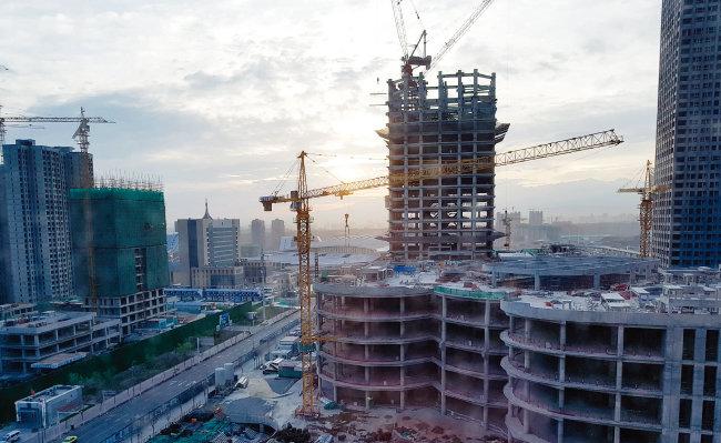 중국 서북부 신장웨이우얼자치구의 성도 우루무치시에 있는 경제개발구. 고대 비단길이자 일대일로의 핵심 통로인 이곳은 현재 일대일로 특수를 맞아 타워크레인이 안 보이는 곳이 없을 정도로 건설이 한창이다. [하종대 기자]