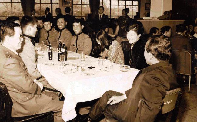 1977년 3월 2일 육사 입교식에 당시 박정희 대통령이 자녀인 근혜, 근령과 함께 참석했다. 박 대통령은 입교식 후 학교 식당에서 아들 지만(테이블 왼쪽 줄 두 번째) 및 다른 신입 생도들과 담소를 나눴다. 이들이 육사 37기생이다. [동아DB]