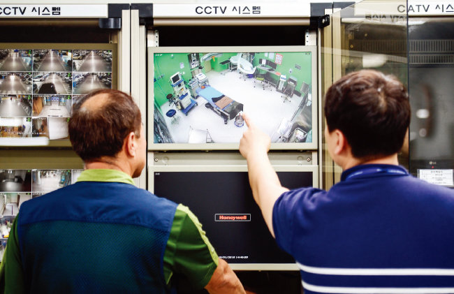 지난해 10월 1일 오후 경기도의료원 안성병원 관제실에서 병원 관계자들이 수술실 CCTV를 점검하고 있다. [뉴스1]