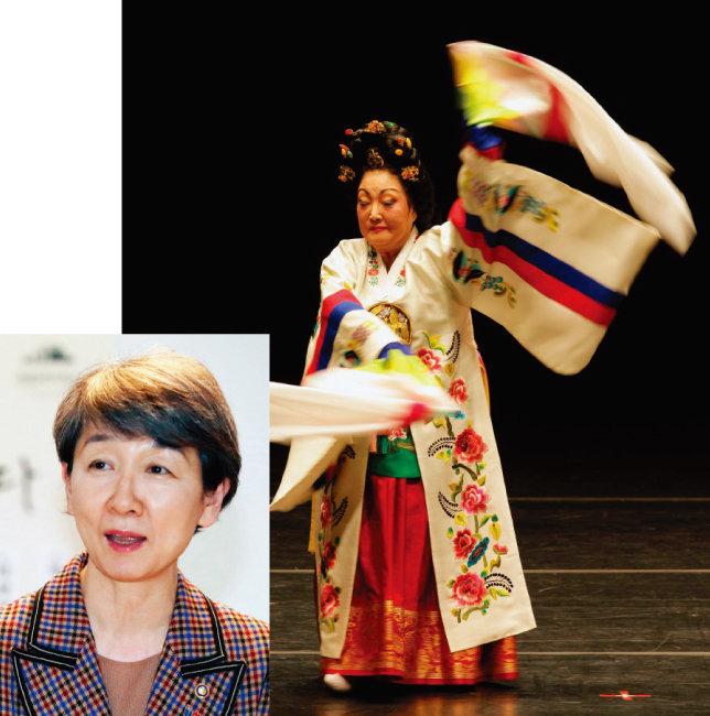 강선영류 태평무(오른쪽)와 정재숙 문화재청장. [뉴시스, 조영철 기자]