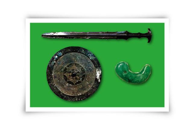 '삼종신기'는 일왕을 상징하는 세 가지 물건으로 '청동검, 청동 거울, 굽은 구슬(곡옥)'을 말한다. [위키피디아]