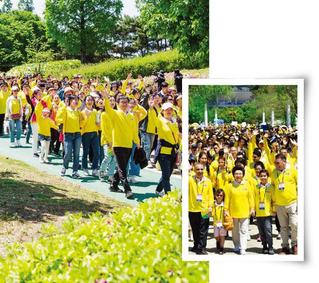 위러브유 회원과 가족들이 코스를 걸으며 손을 흔들고 있다(왼쪽). 주한 요르단 대사, 주한 온두라스 대사와 담소를 나누며 걷고 있는 장길자 국제위러브유 회장. [김도균]