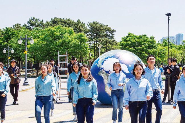 '세이브더월드' 비전을 담아 기념 공연을 펼치는 위러브유 자원봉사자 회원들. [김도균]