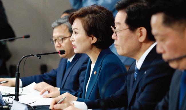 김현미 국토교통부 장관(왼쪽에서 두 번째)이 5월 7일 서울 종로구 정부서울청사에서 '수도권 주택 30만 호 공급방안-제3차 신규택지 추진계획'을 발표하고 있다. [뉴시스]