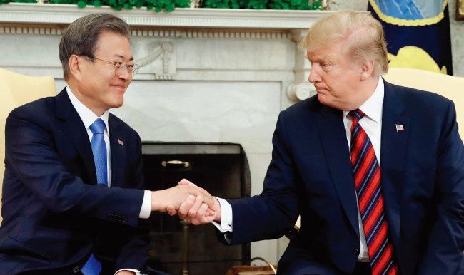 4월 미국 워싱턴에서 열린 한미정상회담에서 문재인 대통령(왼쪽)과 도널드 트럼프 대통령은 2분간 단독회담을 했다. [뉴시스]