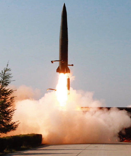 5월 10일자 북한 '노동신문'에 게재된, 전날 북한이 발사한 미사일 사진. 옛 소련의 이스칸데르 미사일과 외관이 비슷하다. 한국 합동참모본부는 한참 동안 이를 발사체라고만 표현했다. [노동신문]