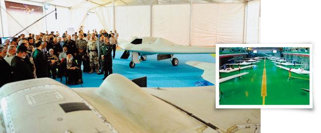 아야톨라 알리 하메네이  이란 최고지도자가  이란이 포획한 미군 드론 RQ-170을 보고 있다. 뒤쪽은 이를 복제한 이란의 드론(왼쪽). 이란이 RQ-170을 복제해 제작한 드론들. [FNA, Fars News Agency]