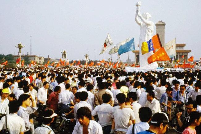 톈안먼 사건 때 광장에 세워진 높이 8m의 '자유의 여신' 석고조각상. [Institute for Advanced Study]