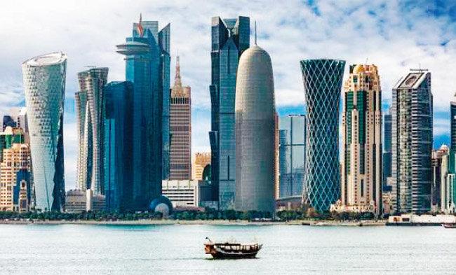 아라비아해에서 카타르 수도 도하의 도심인 웨스트베이를 바라본 풍경. 카타르에선 2022 월드컵을 앞두고 경기장, 신도시, 지하철 건설이 한창이다. [걸프타임스]