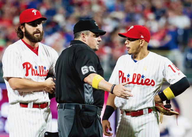 2018년 9월 2일 필라델피아 필리스와 시카고 컵스의 경기에서 3루심이 필라델피아 불펜 투수 오스틴 데이비스(왼쪽)의  커닝시트 사용을 확인하고 있다. [AP=뉴시스]