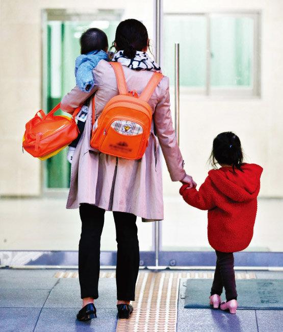 영국의 한 조사에서는 일하는 부모들이 저출산 극복을 위해 가장 중요하다고 여기는 것으로 '상사나 고용주의 육아 현실에 대한 이해'를 꼽았다. [동아DB]