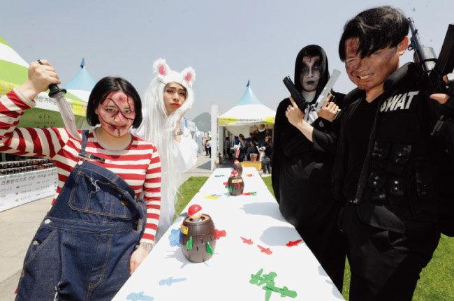 경남 합천 영상테마파크 내 고스트파크에서 열리는 '호러 축제'를 홍보하기 위해 실감나게 분장한 스태프들.