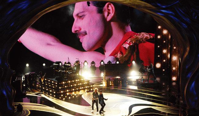올해 아카데미 시상식에서 프레디 머큐리의 생전 모습 아래 펼쳐진 퀸 공연. [뉴시스]