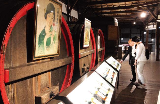 샤토 메르시앙 와인 박물관 내부. 과거에 사용한 오크통과 그동안 생산한 와인들이 전시돼 있다. [사진 제공 ·김상미]