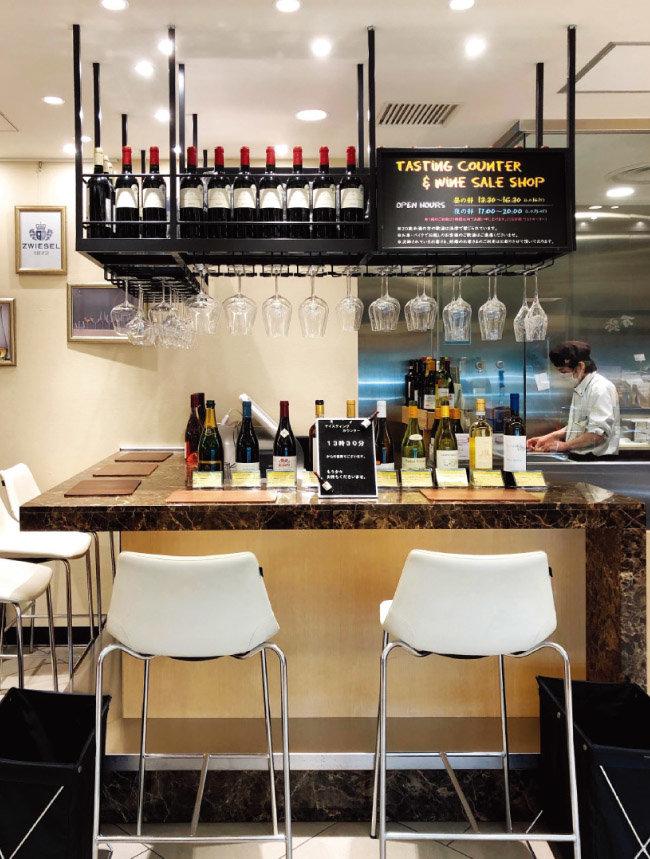 미쓰코시백화점 지하의 와인 코너. 와인을 잔술로 즐길 수 있다. [사진 제공 ·김상미]