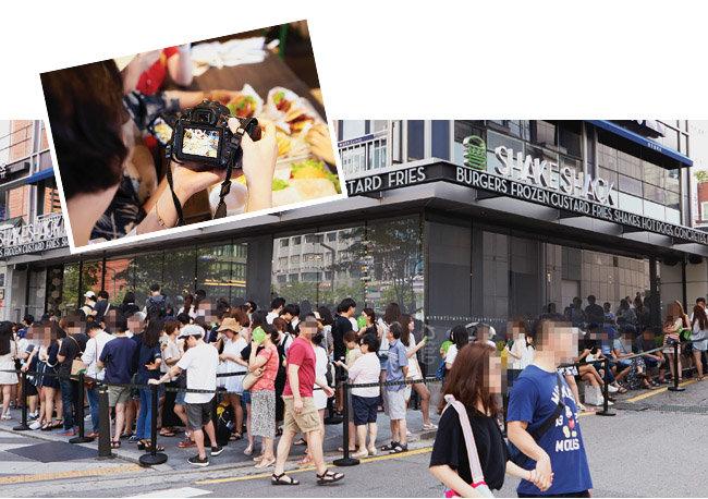 2016년 8월 오후 오픈한 지 한 달 된 쉐이크쉑 강남점에 입장하기 위해 길게 줄 선 시민들(아래)과 카메라로 쉐이크쉑 햄버거를 촬영하는 한 고객. [홍중식 기자]