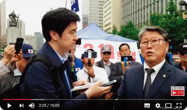 대한애국당 조원진 의원(오른쪽)에게 질문하는 기자의 취재 모습을 촬영한 유튜브 영상. ['오뚜기방송' 캡처]