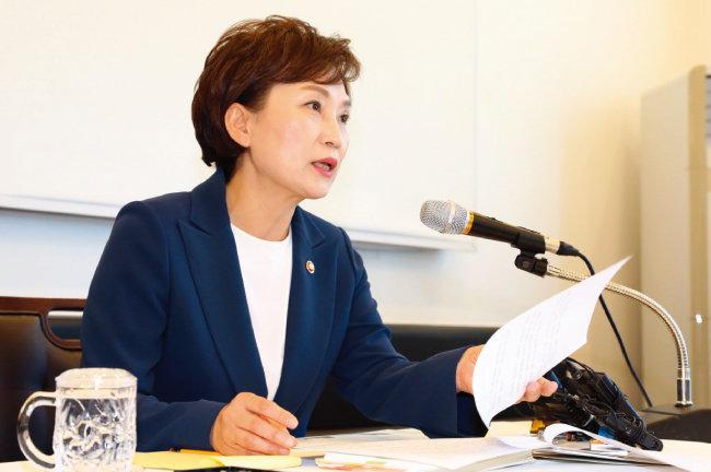김현미 국토교통부 장관은 5월 23일 세종시 한 음식점에서 기자간담회를 열고 인천지하철 2호선 연장 등 3기 신도시 후속 교통대책을 발표했다. [뉴시스]
